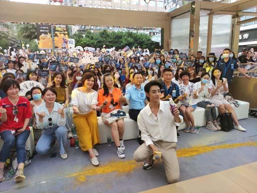 力士品牌大使郑云龙空降成都SM广场 与歌迷互动有爱
