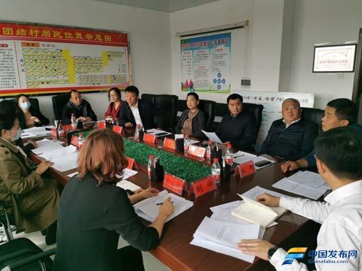 黑龙江:《奋斗》杂志社袁晓光总编辑一行到夹信子镇团结村采访脱贫攻坚新闻