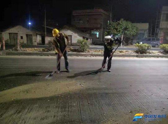 广东博罗交警及时清理路面油污