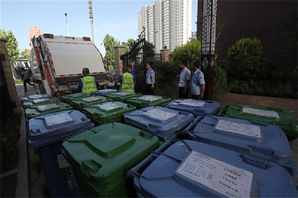 环卫工人集中清运密闭垃圾桶