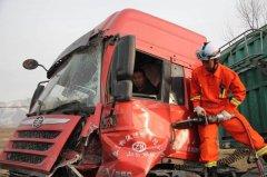 青海互助两半挂车追尾 消防官兵成功解救被困驾驶员