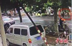 六旬环卫工指责女子乱扔垃圾被打休克 对方被拘10日罚款500