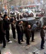 老人被车撞倒扶不扶?邯郸2名女学生果断冲去救人!