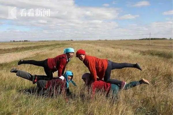 70岁大爷大妈轻松劈叉、倒立一秒到位!中国第一瑜伽村成网红